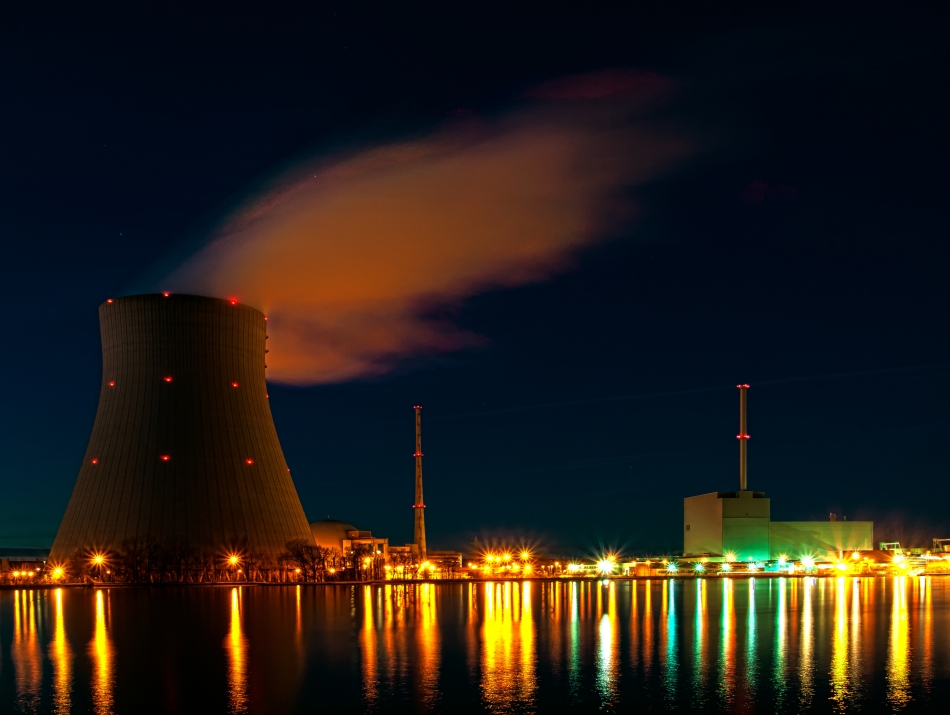 Nuclear_power_plant_Isar_at_night